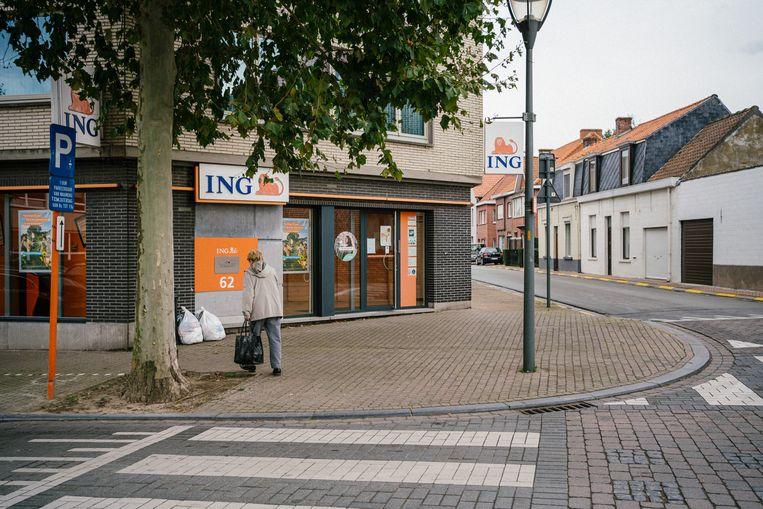 Een ING-kantoor in Zomergem. De bank voert al eerste een negatieve rente voor particulieren in. Beeld Wouter Van Vooren