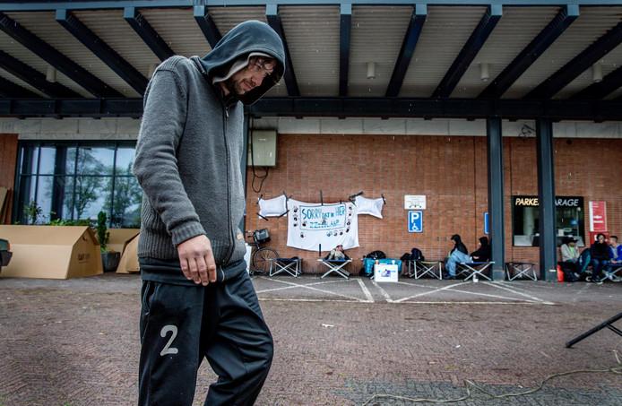 Het Daklozen Actie Kollectief (DAK) en belangenorganisatie MDHG vroegen deze zomer aandacht voor het tekort aan nachtopvang en betaalbare slaapvoorzieningen voor daklozen.