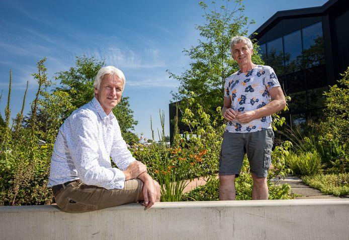 """Hemmie (links) en Peter Heutinck bij hun vaste plantenkwekerij aan de Wessel van Eyllaan. Ze willen het bedrijf uitbreiden met een extra locatie aan de Needseweg en hebben allerlei ideeen voor die omgeving. """"Dit kan voor Borculo een gigantische toeristische trekpleister worden."""""""