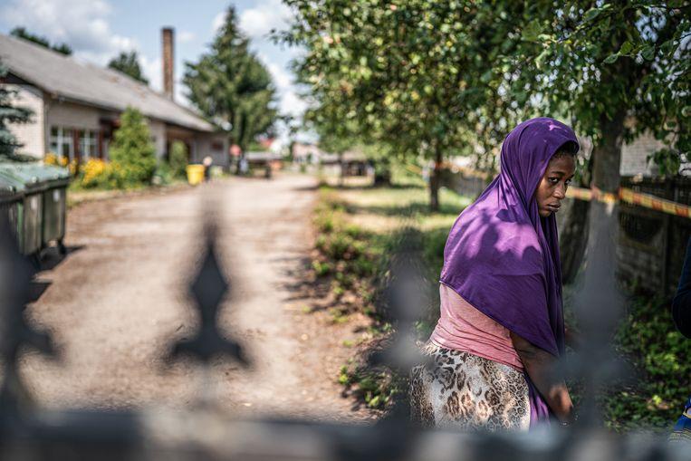 Migranten worden in Kapciamiestis in een oude school opgesloten. Beeld Joris van Gennip