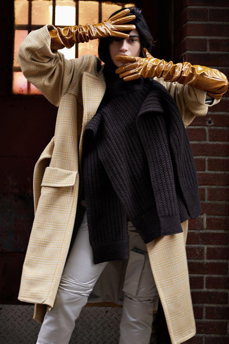 Full look Raf Simons - sjaal Manou Antwerp.  Beeld Sofie Coreynen