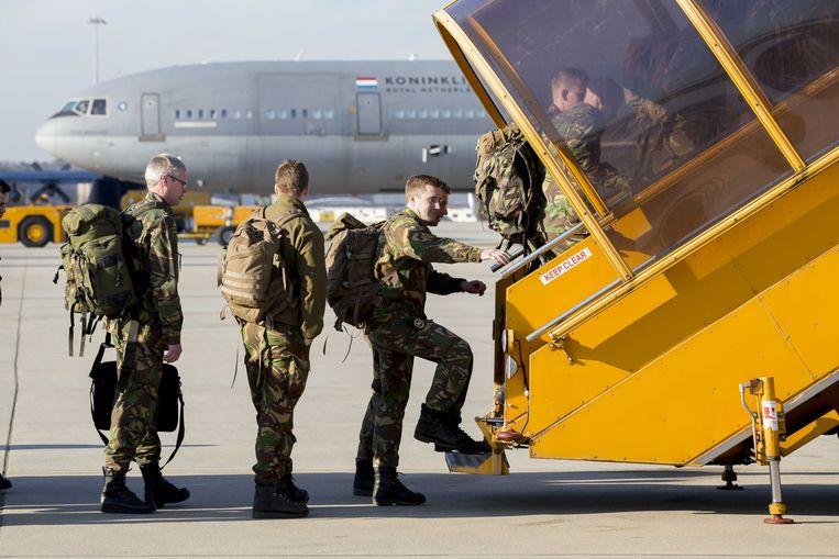 Nederlandse militairen vertrekken van vliegbasis Eindhoven naar Litouwen. Ze maken deel uit van een Navo-missie in de Baltische staten en Polen.  Beeld ANP