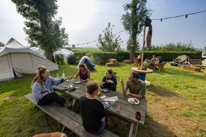 Lunch op de Oogstcamping, die dit jaar in Ens staat, op het akkerbouwbedrijf van Joost van Strien. Een werkvakantie voor mensen die werken en leven bij de boer eens willen ervaren.