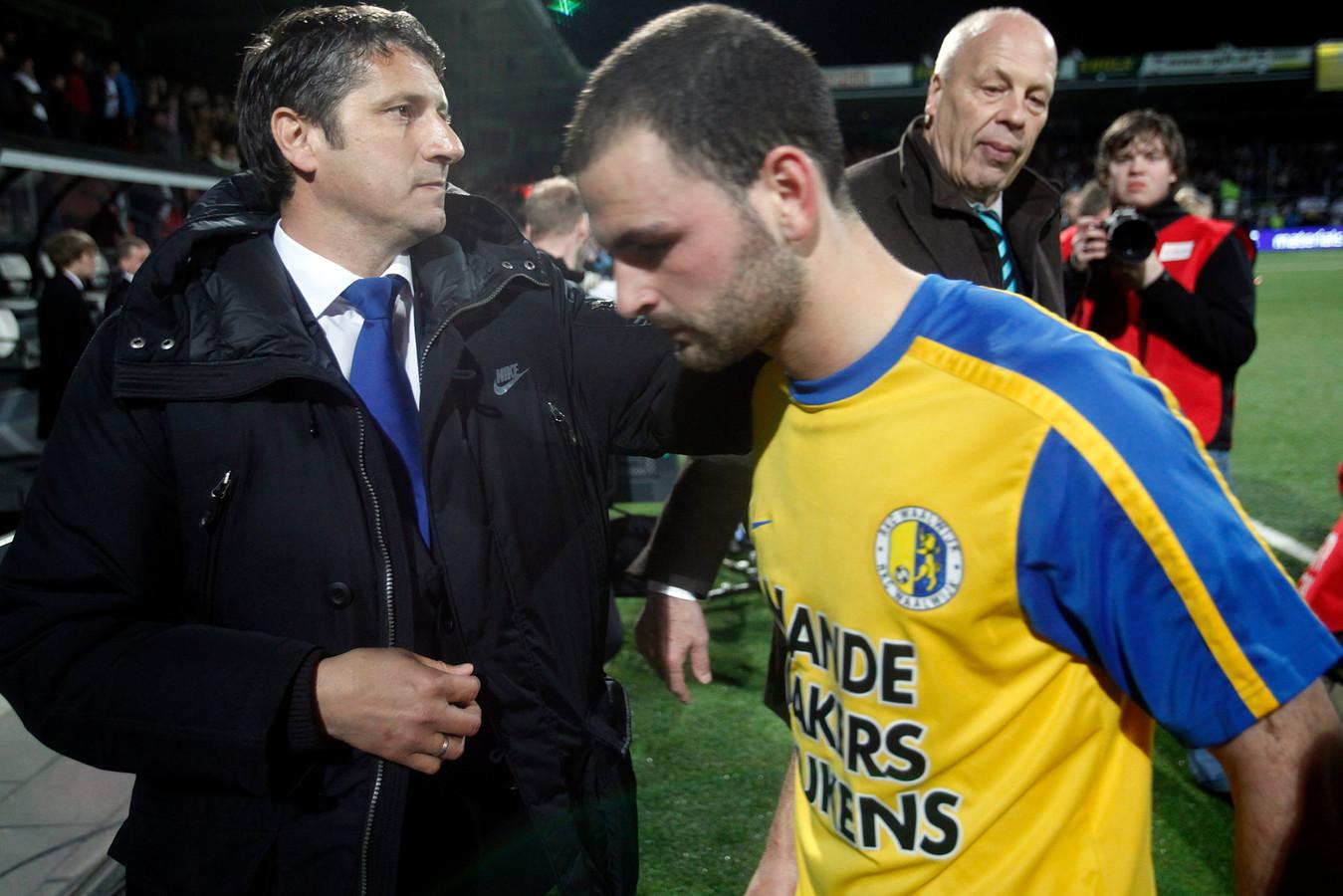 Hansje huilt: RKC degradeert in 2010 uit de eredivisie. Hans Mulder heeft de smoor in. Links trainer Ruud Brood, die nu met ADO Den Haag op degraderen staat.