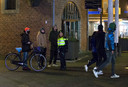 Een agenten in gesprek met een paar jongeren in het centrum van Doetinchem.