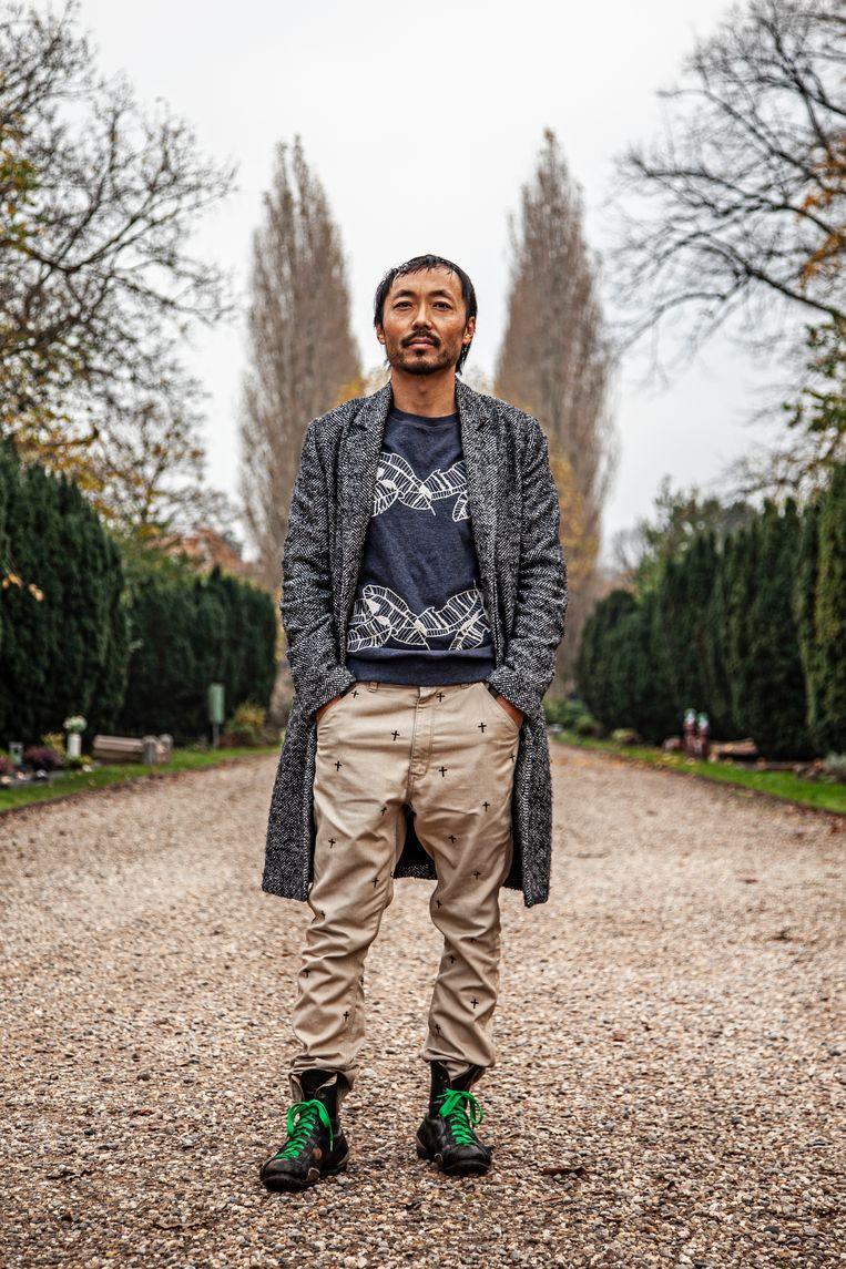 Documentairemaker Paul Sin Nam Rigter op begraafplaats De Nieuwe Ooster in Amsterdam.  Beeld Ernst Coppejans