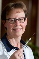 Miranda Cornet  maakt als apothekers vaccins spuitklaar in het centrum van Overijse.