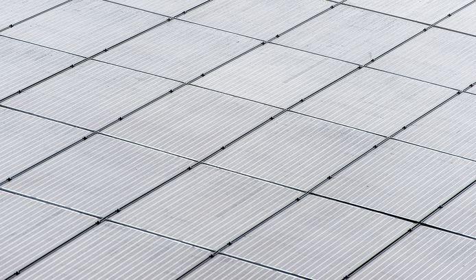 Foto ter illustratie. Zonnepanelen op een dak.