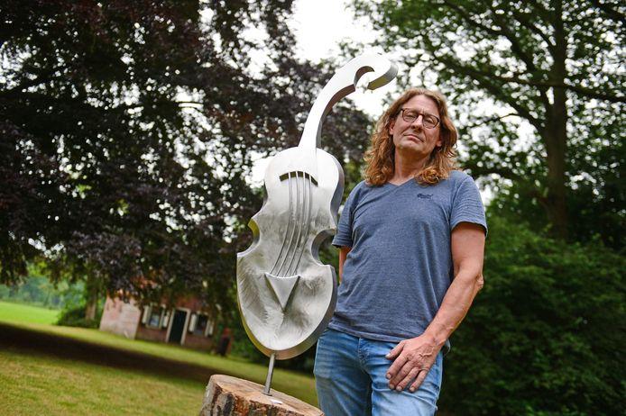 Beeldend kunstenaar Herman Wansing in de tuin van Villa Peckedam, tijdens het tuinconcert van Wibi Soerjadi.