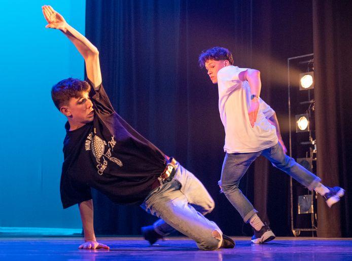Rowan van den Boomen en Tommy Heeffer dansen tijdens Starry Night