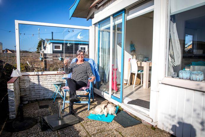 Het kan weer: genieten van het buitenleven op Recreatieoord Hoek van Holland. Marijke Mokkenstorm was er op de eerste dag na de wintersluiting meteen bij. Op de grond ligt haar hondje Karel.