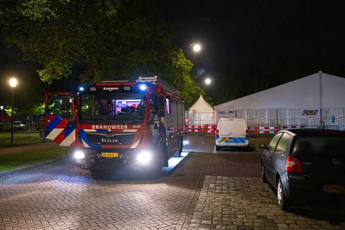 Brandweer en politie kwamen vannacht naar de vaccinatietent van de GGD in Kampen, nadat omwonenden rond middernacht twee harde knallen hadden gehoord.