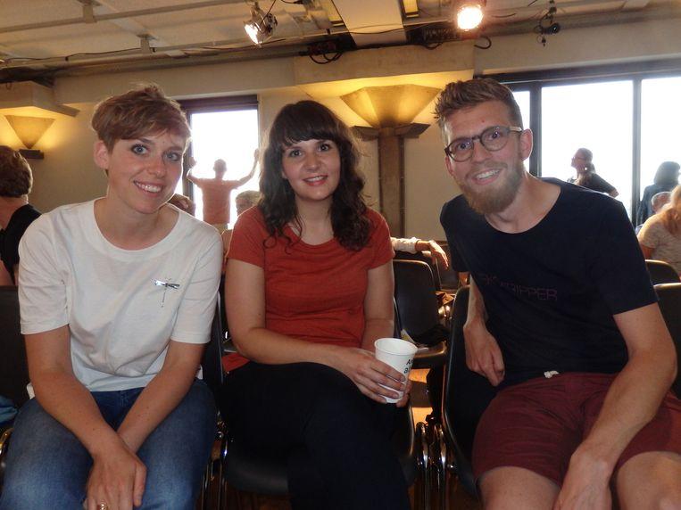 Wouke Oprel en Claire Hoekman, beiden ijsjesmakers, en softwareontwikkelaar Tos Alles (vlnr). Hoekman: 'Ik merk hier: het is wel allemaal heel erg veel.' Beeld Schuim