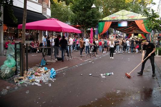 Het Faberplein wordt schoongeveegd na Roze Woensdag.