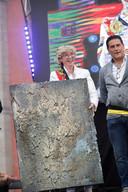 Het gouden kunstwerk van Truiense kunstenaar Tom Herck, als cadeau voor Nina Derwael.