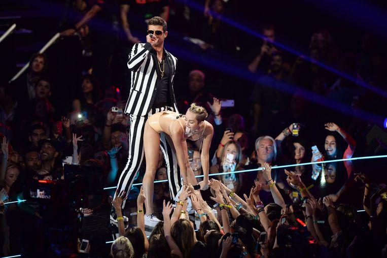 Robin Thicke en Miley Cyrus treden op tijdens de MTV Video Music Awards in 2013.  Beeld WireImage