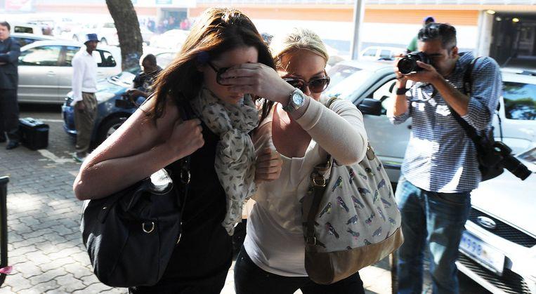 De zus van Oscar Pistorius (L) vandaag bij de rechtbank. Beeld getty