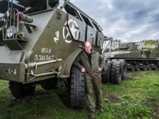 Lambert (59) reed met een opgeknapte tank dwars door een sloopwoning: 'Ik wist wat ik deed'