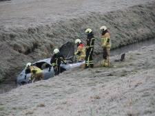 Auto slaat over de kop en belandt in de berm naast A35 bij Almelo