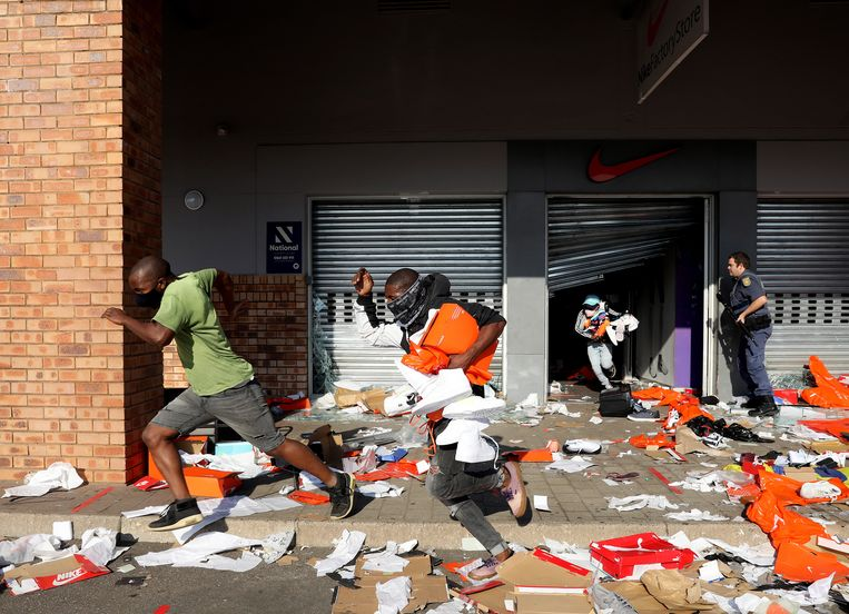 Plundering in Durban enkele dagen nadat ex-president Jacob Zuma gevangen was gezet. Durban ligt in de thuisregio van Zuma. Beeld EPA
