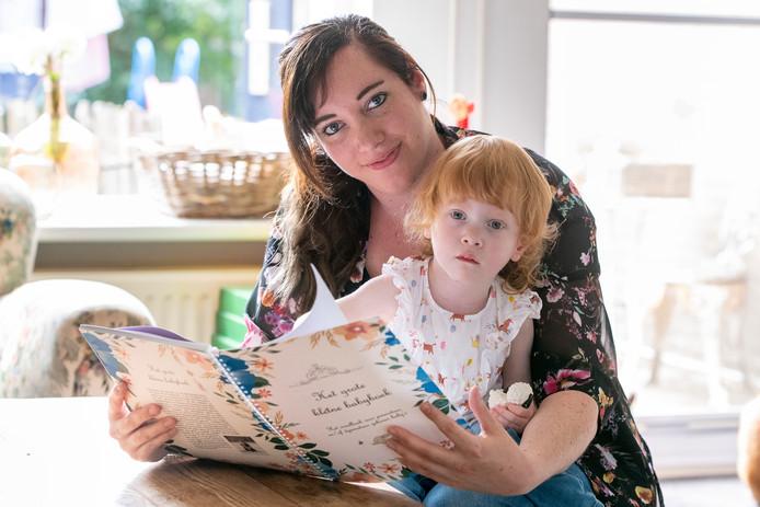 Ilse Veijer-Selles uit Nieuwleusen heeft het grote-kleine babyboek geschreven, over de geboorte van haar dochter Josephien de met 25 weken al geboren werd.