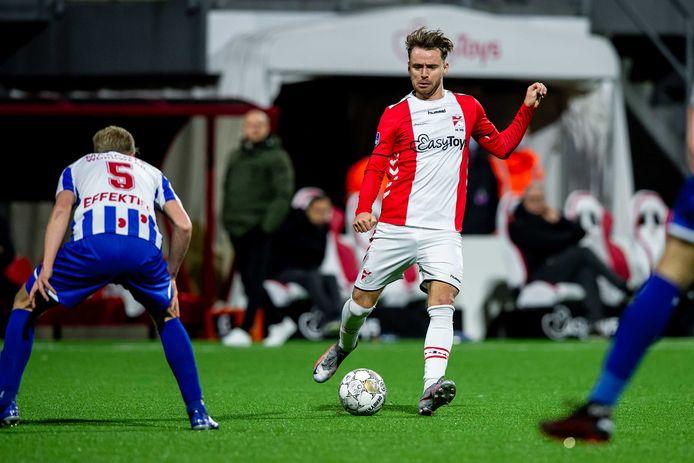 Voetballer Robbert de Vos in actie voor FC Emmen tijdens de Nederlandse Toto KNVB-bekerwedstrijd tussen FC Emmen en sc Heerenveen. Deze zomer organiseert hij een voetbalkamp voor de jeugd in Spijkenisse.