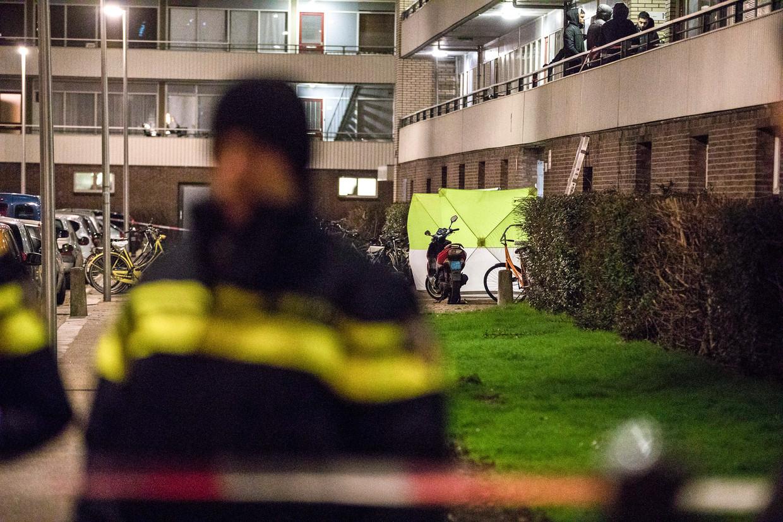 Politie doet onderzoek na de vergismoord op Hakim Changachi voor een flat aan de Utrechtse Faustdreef in de nacht van 11 op 12 januari 2017. Beeld Novum RegioFoto