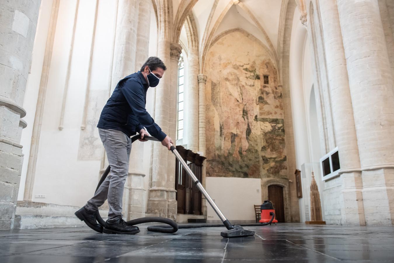 In de Grote Kerk van Breda worden de looproutes keurig gepoetst voor de toegangstesten in het komende weekeinde.