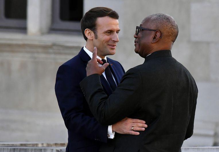 President Emmanuel Macron verwelkomt Mali's President Ibrahim Boubacar voorafgaand aan de bijeenkomst in de Franse stad Pau. Beeld Georges Gobet/AFP