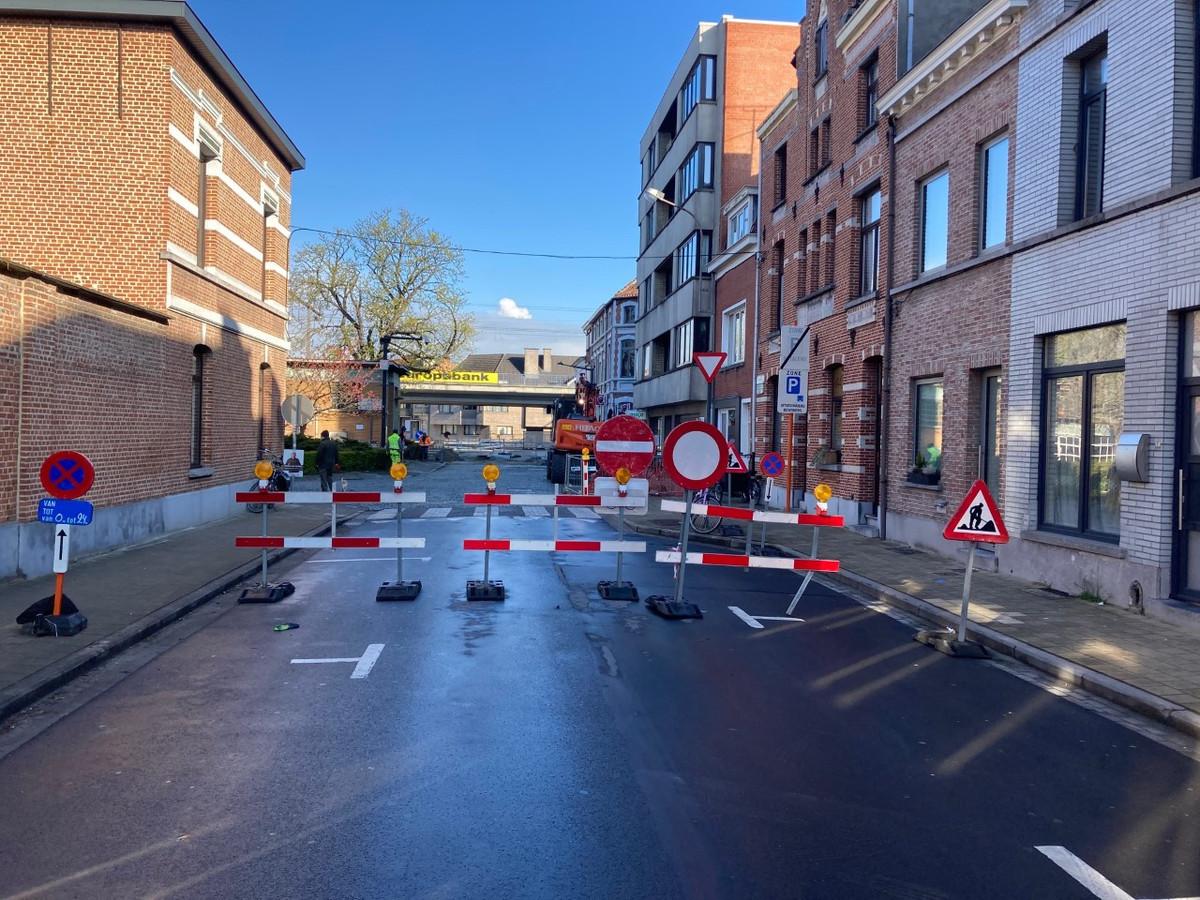 De doorgang van de Koophandelstraat naar het Stationsplein is afgesloten tot het einde van de werken.