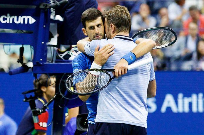 Djokovic na zijn opgave in de armen van Wawrinka.