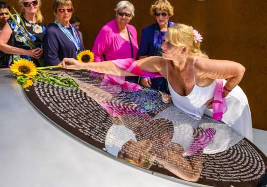 Nabestaanden leggen bloemen bij het Nationaal Monument MH17 in Vijfhuizen tijdens de vijfde nationale herdenking van de vliegramp met vlucht, afgelopen zomer