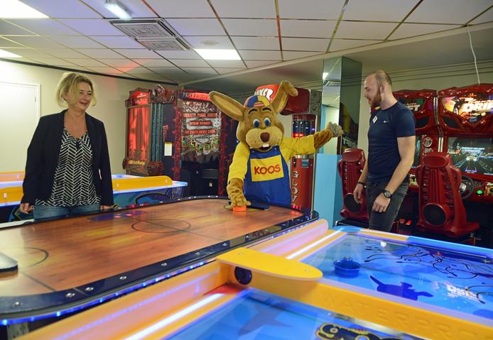 Carla de Meyer, Koos Konijn en Bob Donkersloot in de vernieuwde speelhal op vakantiepark Aquadelta.