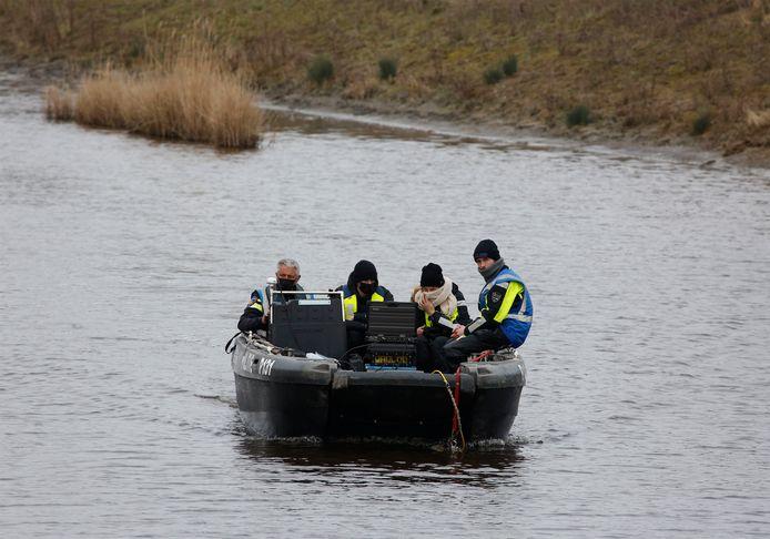 Poltieboot zoekt watergang af naar sporen van Ichelle van de Velde.