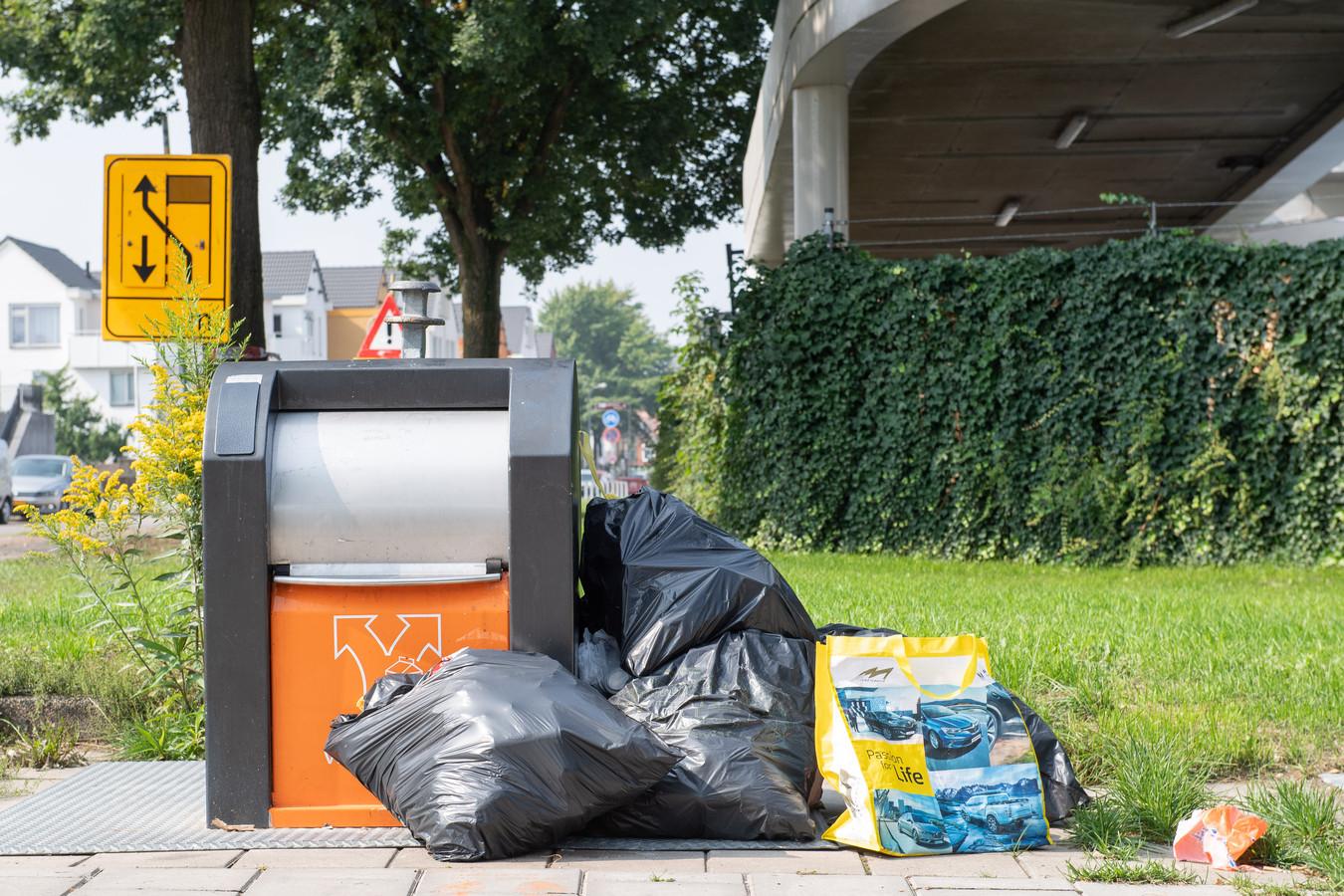 In Enschede is steekproefsgewijs een jaar lang plaatsingen naast afvalcontainers gemonitord.