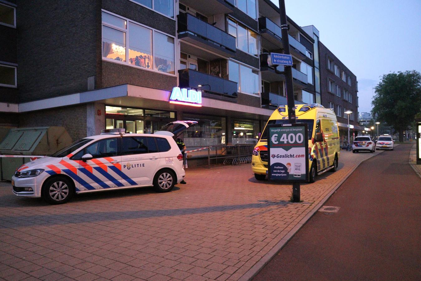 Politie en ambulance bij de woning aan de Amsterdamsestraatweg waar overvallers het gemunt hadden op een oudere bewoner.