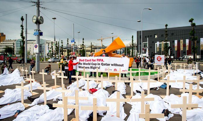 Een demonstratie tegen de FIFA en de werkomstandigheden van arbeiders bij de bouw van stadions in Qatar bij het Hallenstadion waar het FIFA congres wordt gehouden.