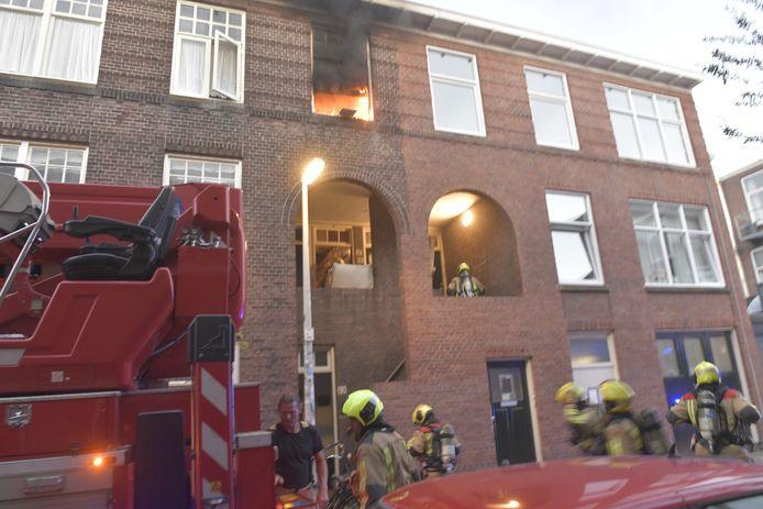 Een felle brand in een woning aan de Mijdrechtstraat zondagavond.