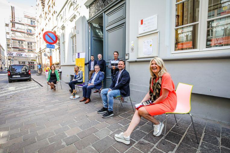 Een delegatie van de stad heeft de stoelen al klaargezet.
