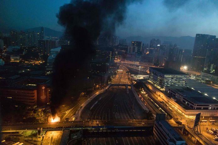 Brand bij de ingang van de Polytechnische Universiteit in Hongkong.