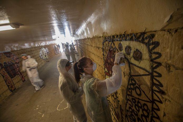 Leerlingen aan het werk in de tunnel.