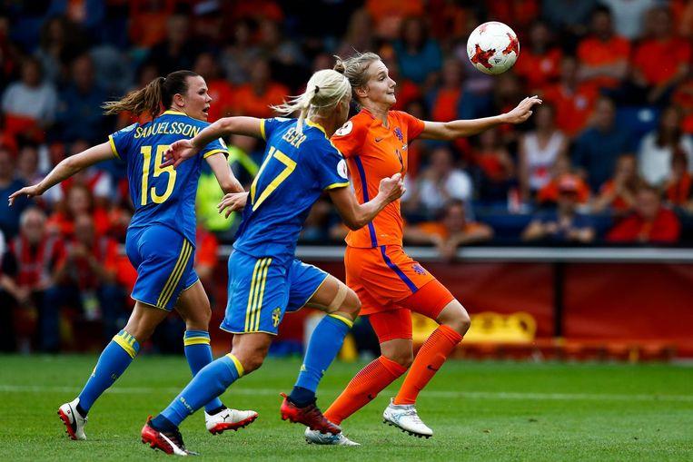 Vivianne Miedema in duel met Jessica Samuelsson en Caroline Seger van Zweden tijdens de kwartfinale tussen Nederland en Zweden. Beeld anp