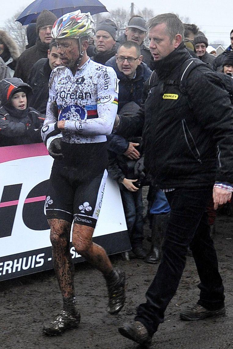Sven Nys tast na de cross naar zijn gehavende rechterpols. Beeld PHOTO_NEWS