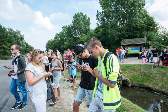 Zie je groepjes jongeren gebogen over hun smartphone door een vakantiepark drentelen, dan weet je dat de jacht op Pokémons is geopend.