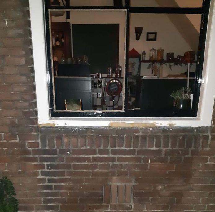 Het kapotte raam van het café.