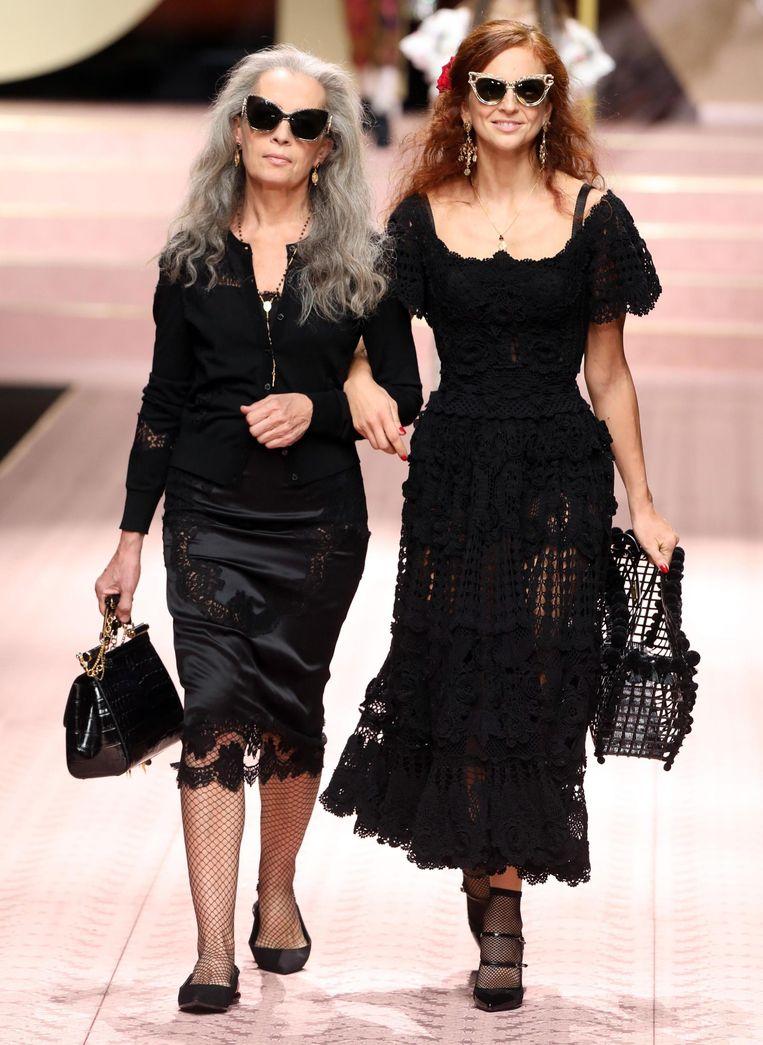 Twee modellen op leeftijd in een zwart ensemble.