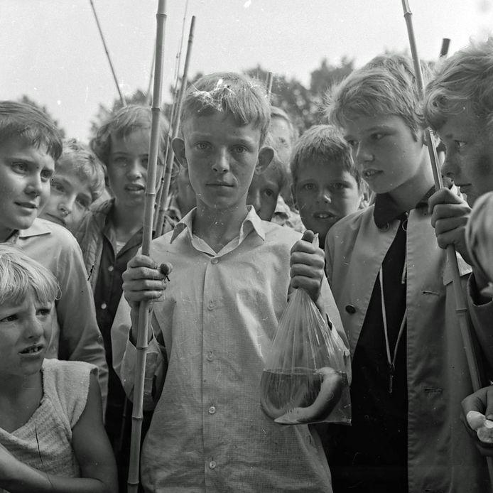 Visclub 1969 voor bij de serie uit de oude doos met foto's van Frans van Mierlo