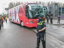 Spelersbussen komen aan bij Kuip voor Klassieker, fans steken club hart onder de riem
