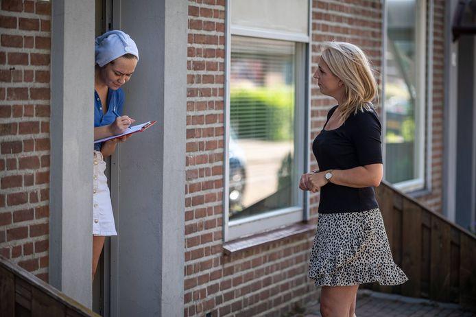 Lilian Marijnissenging  in Uden mee langs de deur om handtekeningen op te halen tegen de voorgenomen sloop van 76 huizen van Area.