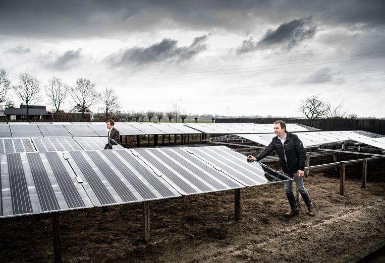 Patrick Bekkers (links) enRogier Mul tonen hun verrijdbare installatie op het Duurzaamheidspark. Beeld Koen Verheijden